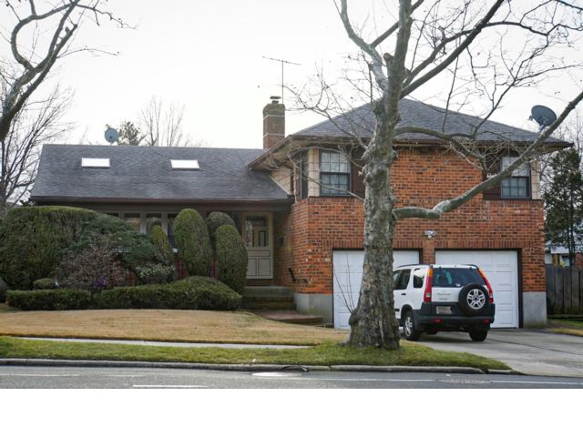 3 BR,  2.50 BTH Split style home in Bayside