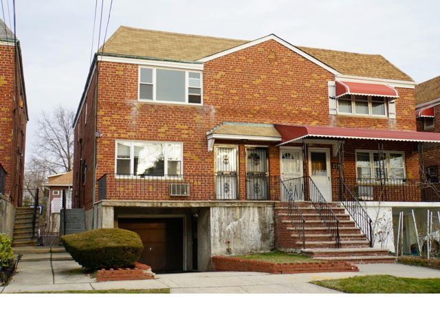 4 BR,  2.50 BTH  style home in Bayside