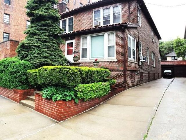 3 BR,  2.00 BTH  Spanish style home in Brooklyn