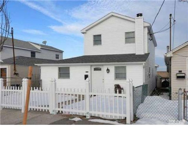 4 BR,  1.50 BTH Colonial style home in Broad Channel