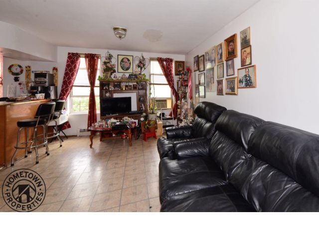 5 BR,  3.00 BTH  Townhouse style home in Sunset Park