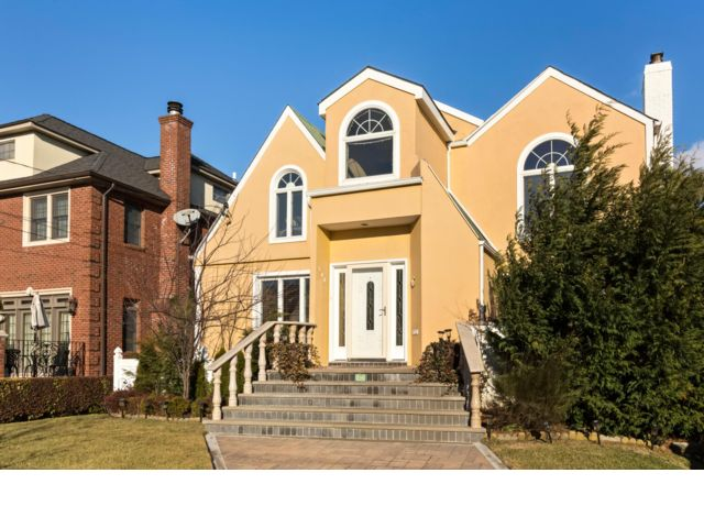 4 BR,  3.50 BTH Colonial style home in Belle Harbor