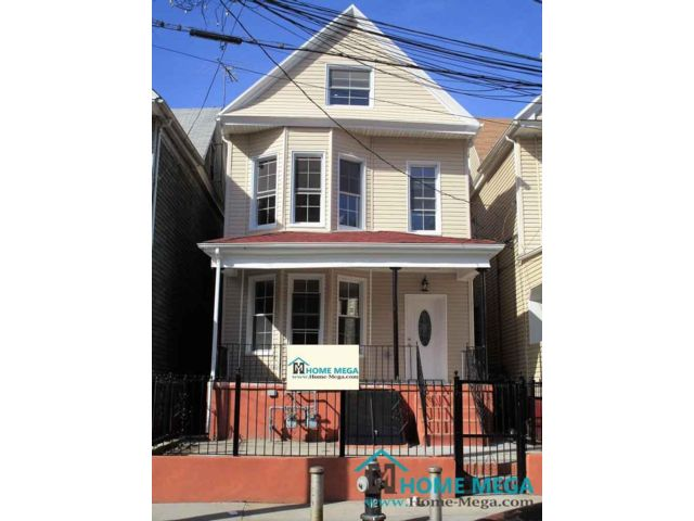 8 BR,  5.00 BTH  style home in Bronx