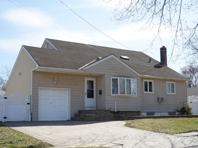 3 BR,  2.00 BTH Split style home in Plainview