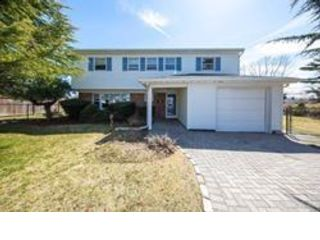 3 BR,  2.50 BTH Splanch style home in Commack