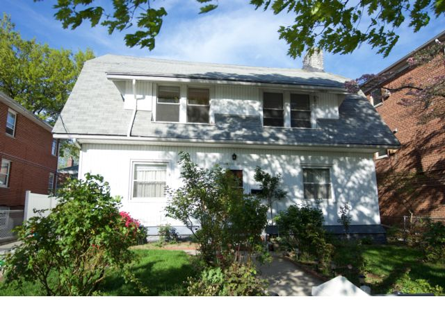 6 BR,  2.55 BTH  2 story style home in Bayside