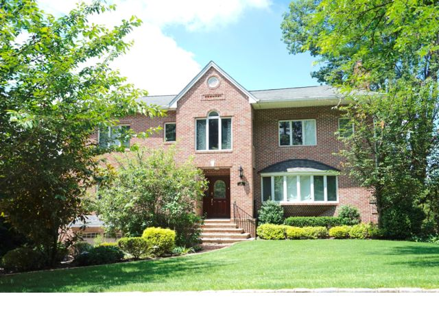 5 BR,  5.00 BTH  Colonial style home in Manhasset