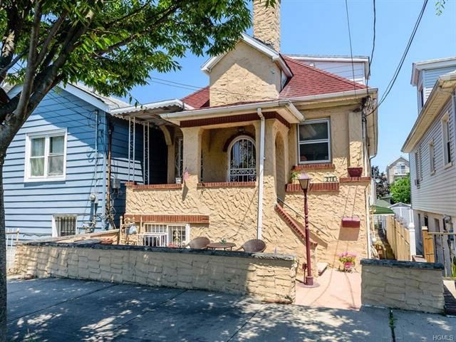 6 BR,  3.50 BTH  Mediterranean style home in Throggs Neck