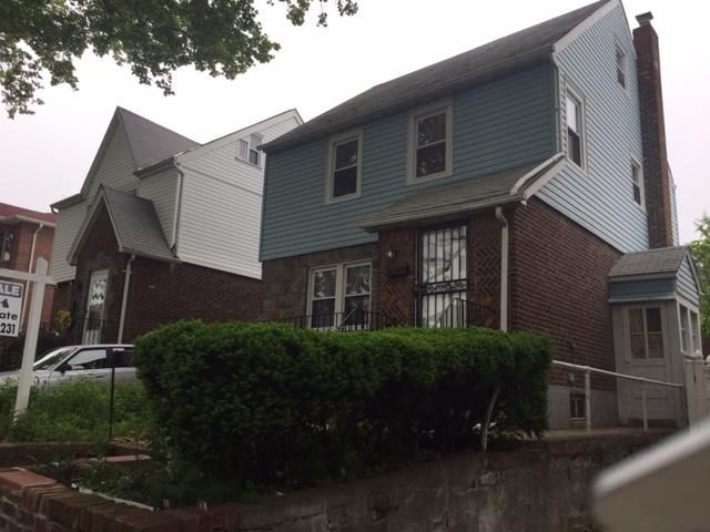 4 BR,  1.50 BTH Colonial style home in Whitestone