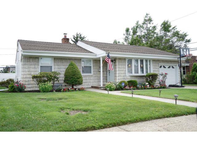 3 BR,  1.50 BTH  style home in Hicksville