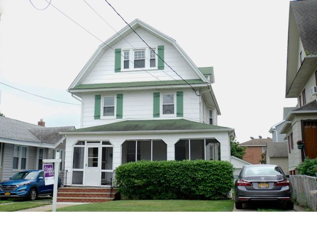 5 BR,  1.00 BTH  Colonial style home in Bayside