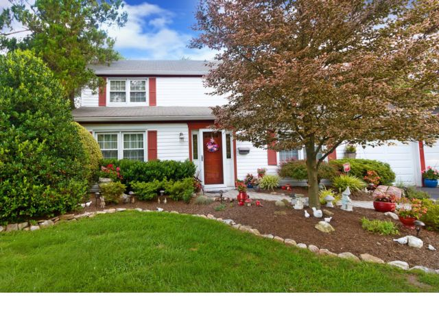 4 BR,  2.50 BTH Colonial style home in Somerset