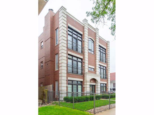 3 BR,  2.00 BTH Condo style home in Chicago
