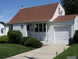 3 BR,  1.50 BTH Cape style home in Babylon