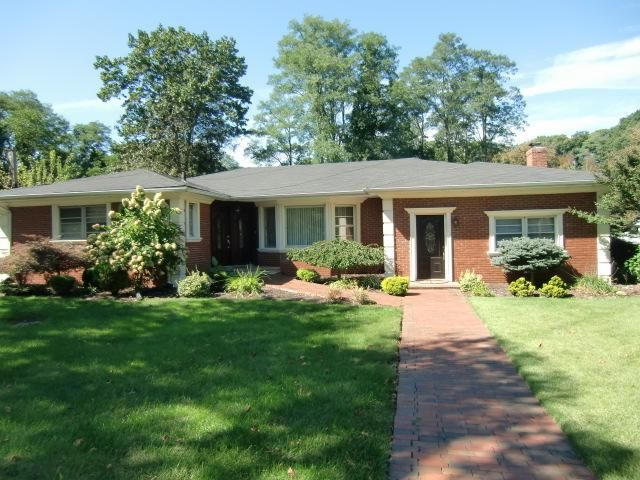 4 BR,  3.50 BTH  Ranch style home in Huntington
