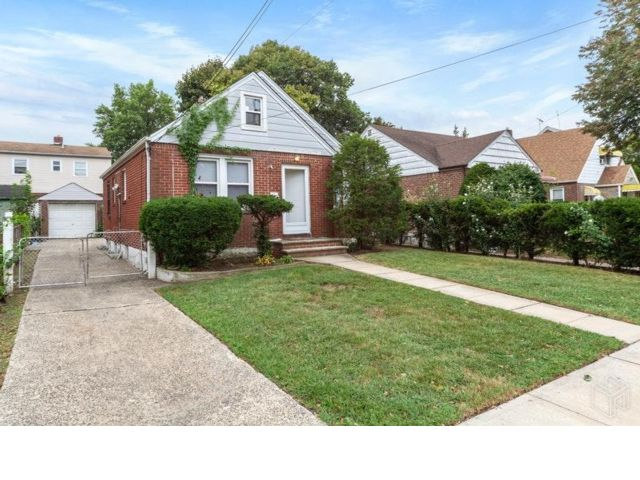 3 BR,  2.00 BTH  2 story style home in Cambria Heights