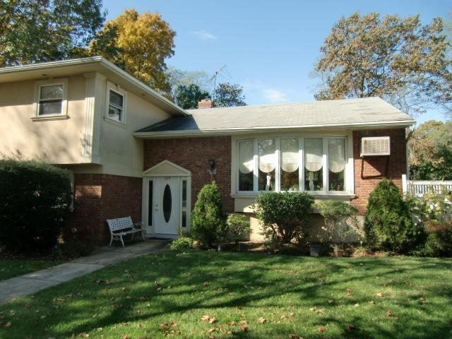 4 BR,  2.50 BTH  Bi-level style home in Huntington