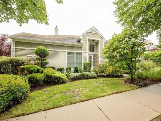 3 BR,  3.50 BTH Homeownr style home in Plainview