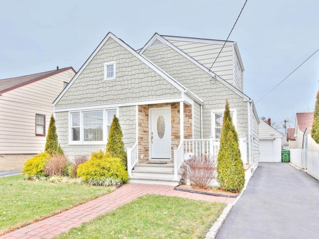 3 BR,  2.50 BTH Cape style home in Linden