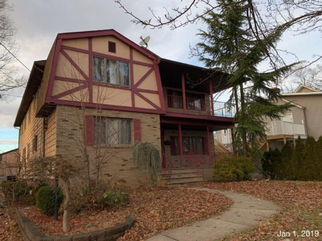 8 BR,  4.00 BTH 2 story style home in Roselle