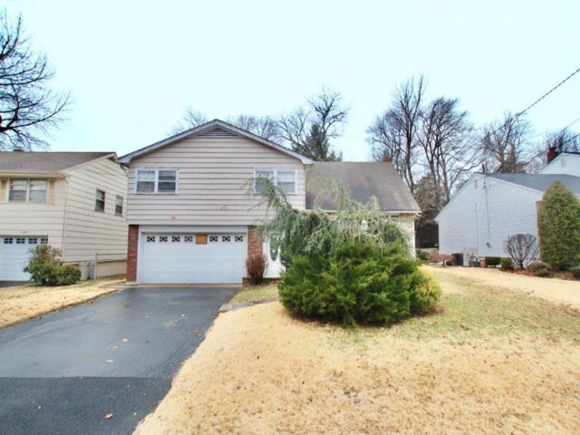 4 BR,  2.50 BTH  Split-level style home in Linden