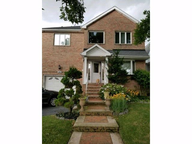 3 BR,  2.00 BTH  Single family style home in Tottenville