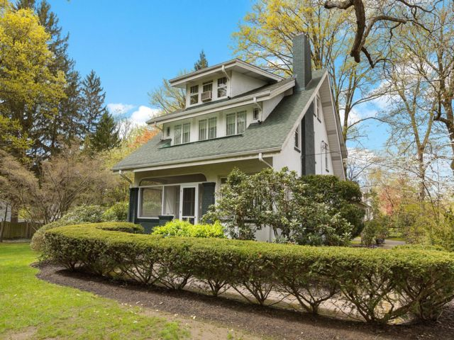 6 BR,  2.55 BTH Colonial style home in Tenafly