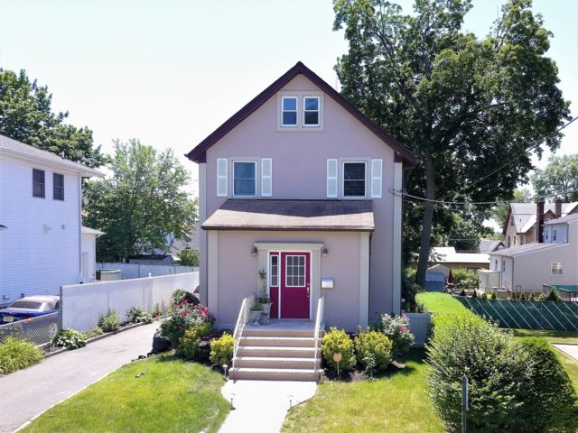 4 BR,  2.50 BTH Colonial style home in North Arlington