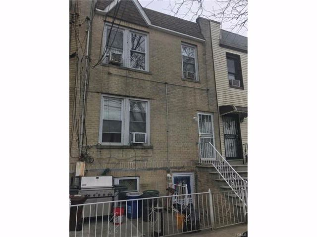 3 BR,  2.00 BTH  Town house style home in Throggs Neck