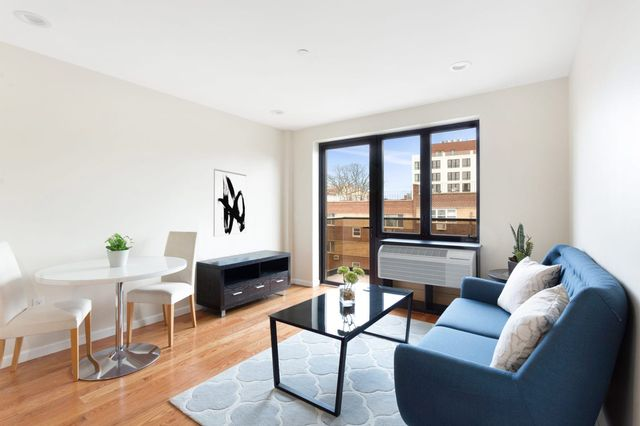 1 BR,  1.00 BTH Apartment style home in Astoria