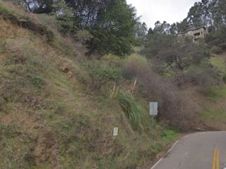 Lot <b>Size:</b> 0.17 Land style home in Oakland