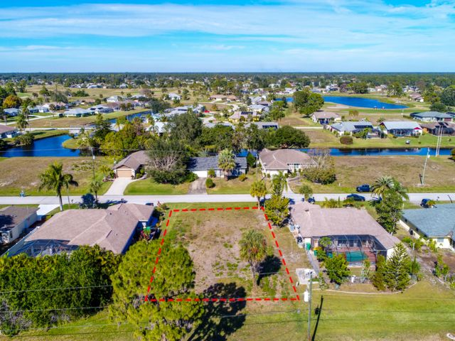 Lot <b>Size:</b> 0.18 Land style home in Port Charlotte
