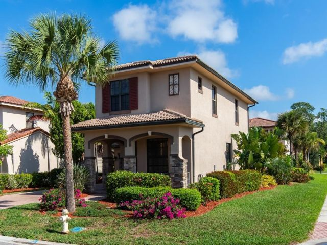 3 BR,  2.50 BTH 2 story style home in Naples