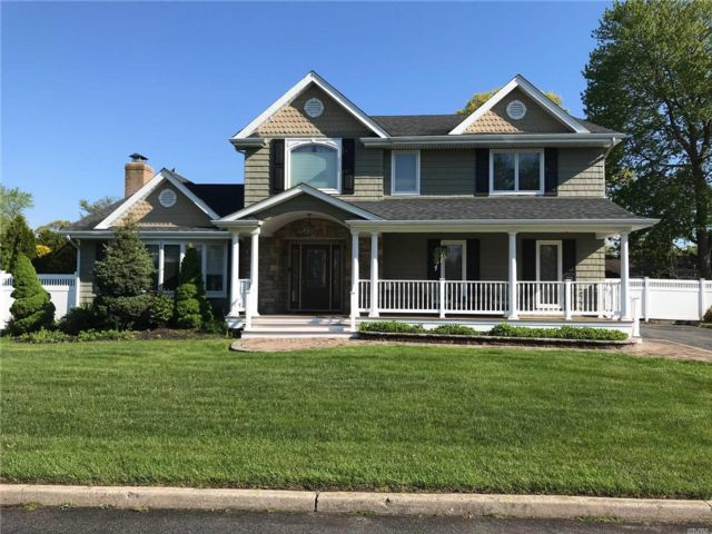 4 BR,  3.50 BTH  Colonial style home in Holbrook