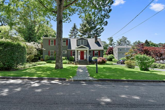 4 BR,  2.00 BTH  Colonial style home in Hawthorne