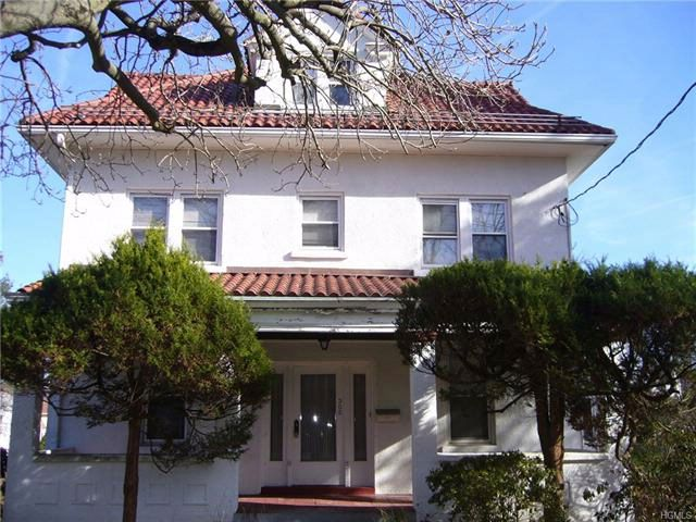 5 BR,  2.00 BTH  Colonial style home in Hawthorne