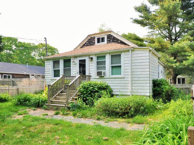 4 BR,  2.00 BTH  Cottage style home in Southampton