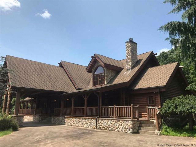 5 BR,  4.50 BTH  Log home style home in Wallkill