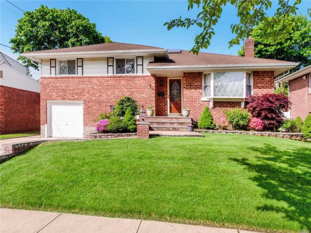 4 BR,  3.00 BTH Split style home in Jericho