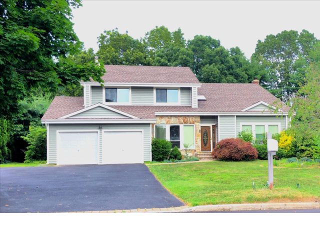 5 BR,  4.00 BTH  Colonial style home in Commack