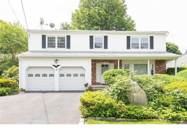 5 BR,  2.50 BTH  Colonial style home in Syosset