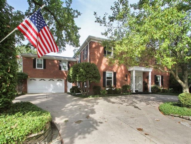 5 BR,  4.50 BTH  Colonial style home in Park Ridge
