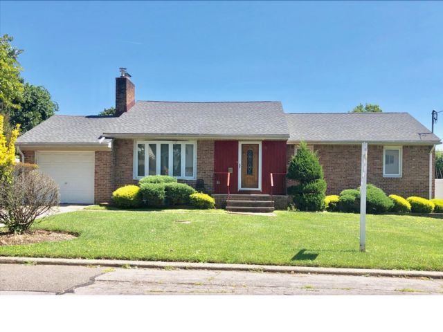 3 BR,  3.00 BTH Ranch style home in Plainview
