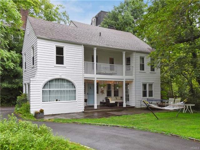 4 BR,  2.50 BTH  Farm house style home in Scarsdale