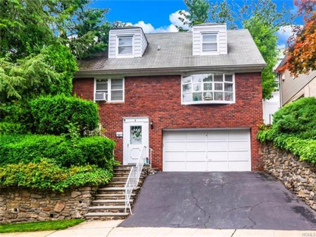 4 BR,  2.50 BTH Split level style home in Yonkers