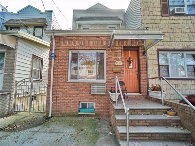 2 BR,  2.00 BTH Multi-family style home in Gravesend