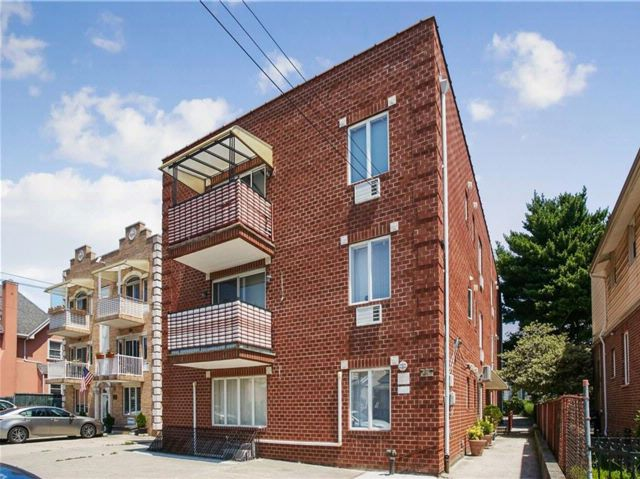 3 BR,  3.00 BTH Condominium style home in Gravesend
