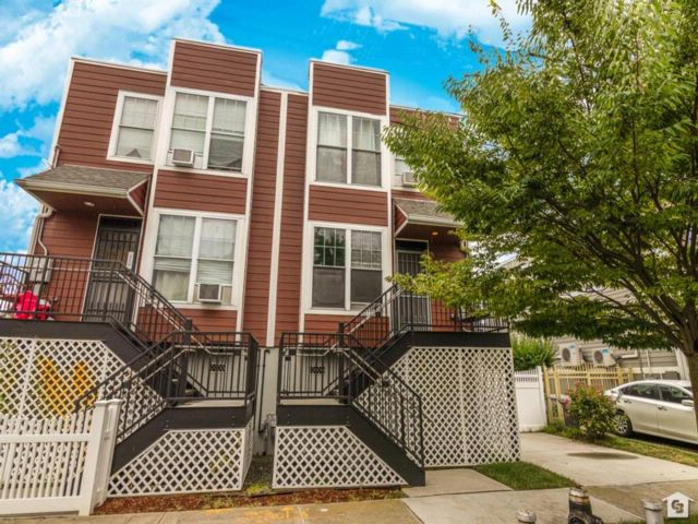3 BR,  2.00 BTH  Single family style home in Far Rockaway
