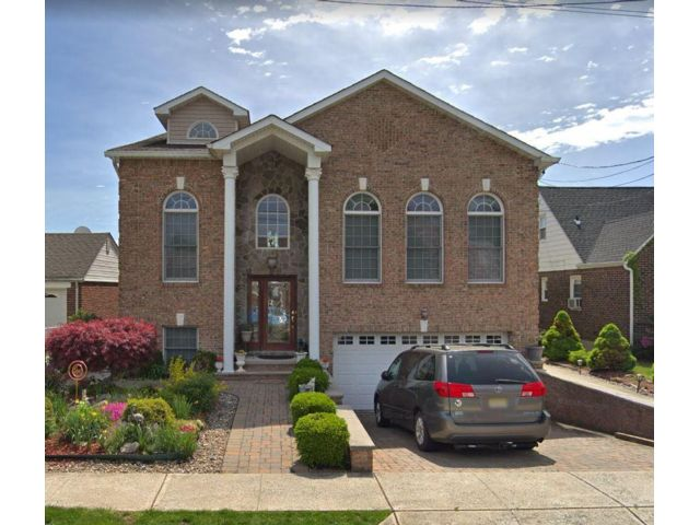 6 BR,  5.00 BTH  2 story style home in North Arlington