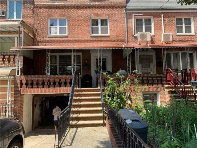 Studio,  2.00 BTH  Multi-family style home in Bensonhurst